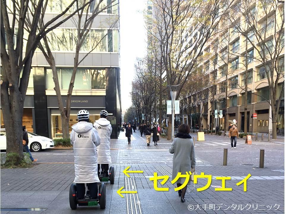 千代田区の丸の内仲通りを移動中のセグウェイ