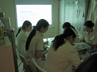 東京都で歯周病治療おすすめの歯医者、歯科の院内研修会の様子