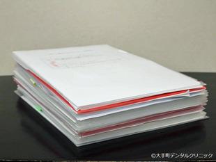 スタッフに書いて頂いたレポートの山の整理整頓